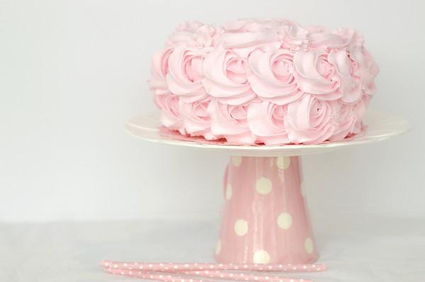 Unique Romantic and Elegant Wedding Cake Trends for Brides. Rustic wedding cakes. Vintage wedding cake. Single tier wedding cakes. single tier wedding ideas. Simple wedding cake ideas. Single tier wedding trends. #weddingcakes #uniqueweddings #weddingplanning