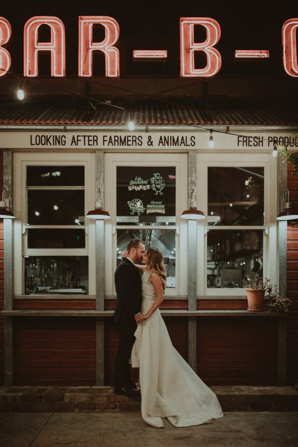 Chic wedding at a zoo. unconventional wedding venue ideas every bride must check out. If you are looking for unique wedding venues, then click here for a list of non traditional wedding venues for your big day. How to find the best wedding venues #weddingplanning #uniqueweddingvenues #weddingvenue #bridetobe