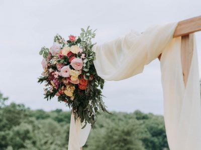 Are you planning a wedding on a budget? Here are a few frugal wedding ideas you can use to plan your own DIY Wedding on a budget! Find affordable wedding reception decor ideas #weddingonabudget #weddingideas