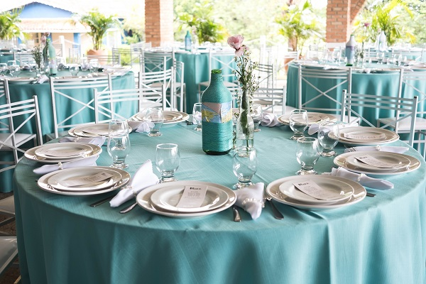 Here are a few DIY Wedding centerpieces on a budget decor you can use to decorate your venue. These elegant dollar store diy wedding centerpieces will wow your wedding guests #diywedding #weddingdecor