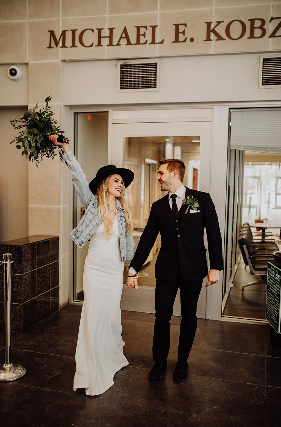 This is a gorgeous courthouse wedding! Take a look at how relax the bride is! #courthousewedding
