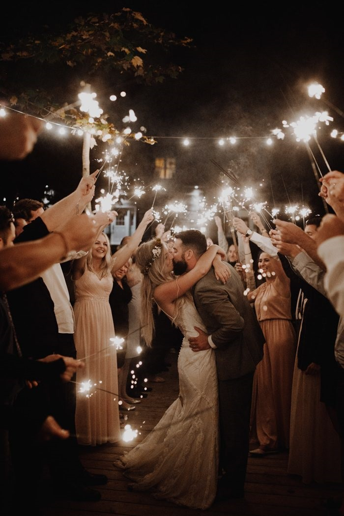 Exit wedding photo idea for your wedding this! Here is how to capture that final wedding photo shot #weddingideas