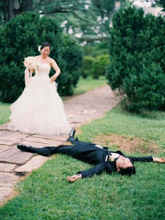 Capture the first look shot is always classy. Here is a few creative fist look wedding photos to steal!