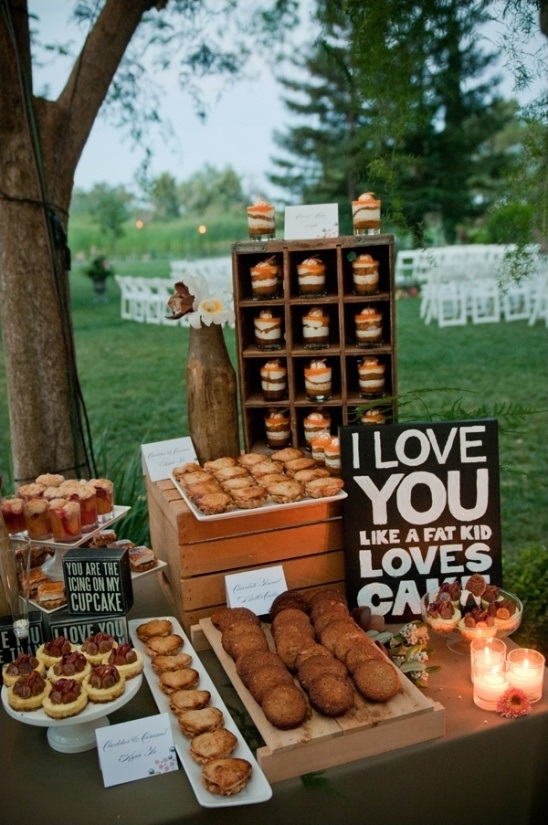 Here is the perfect rustic dessert table station for those planning an elegant backyard wedding!