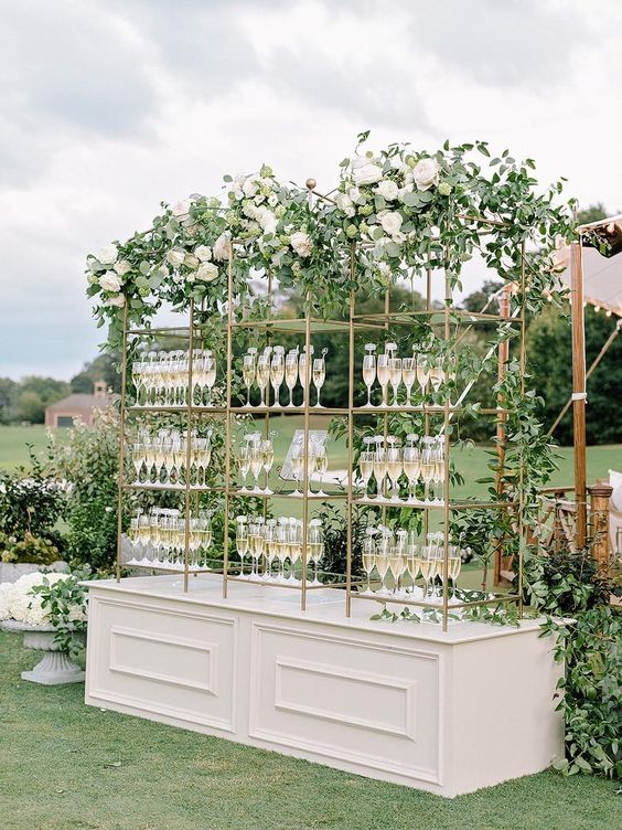 DIY outdoor wedding bar ideas! Check out to set up an amazing bar for your outdoor wedding!
