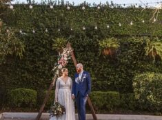 Here are best tips on how to plan the perfect backyard wedding this. If you are planning an outdoor wedding, we have unique tips and ideas on how to get started! Plan the ultimate Outdoor Backyard wedding today #backyardwedding #outdoorwedding