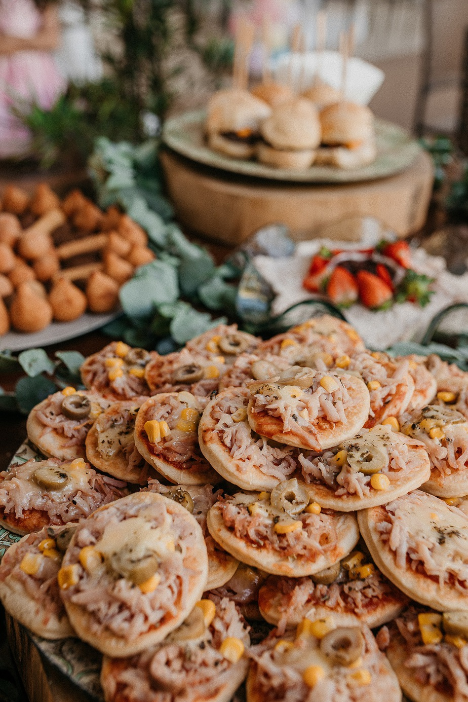 Check out these finger foods for wedding reception! These are Crowd-pleasing wedding reception finger foods for your celebration. Luxury cheap wedding reception finger food ideas.